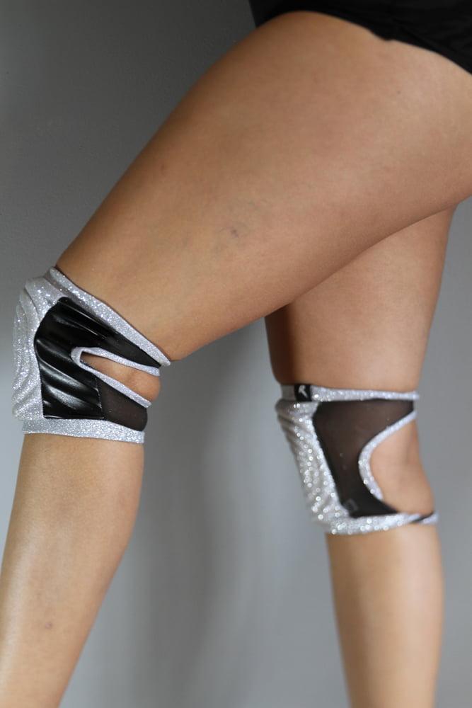Rarrdesigns Glitter SILVER Spandex Vinyl/Mesh Grip Knee Pads